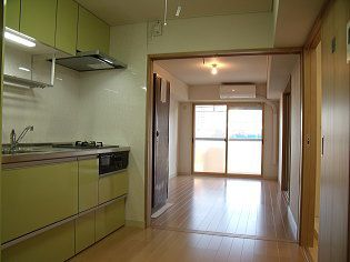玄関からキッチンとリビングを望む