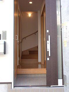 敷地に余裕のない玄関が、引き戸で対応しました。