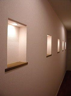 壁面には、壁の厚さを利用した飾り棚を作りました。