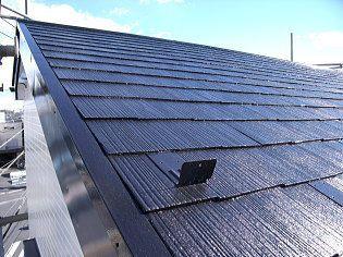 屋根の重なった部分では空気が流れています。塗り潰してしまうと内部腐食の原因になります。