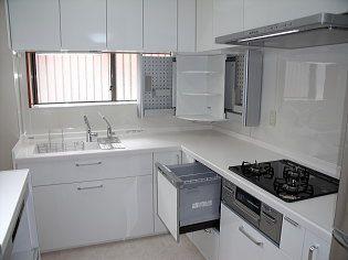 食洗機と収納の多いキッチン